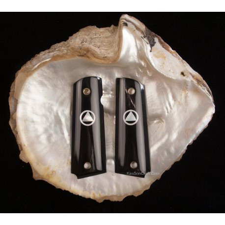 1911 a 1 la main de corne de buffle noir et Triangle incorporé à l'intérieur de cercle occulte Illuminati symbole MOP